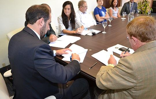 Autoridades presentes firmando el convenio. Foto: Gentileza de Prensa del Ministerio de Industria, Comercio , Minería y Desarrollo Tecnológico de la provincia de Córdoba