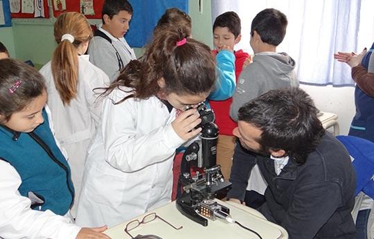 Nicolás Unsain realizando experimentos con alumnos.