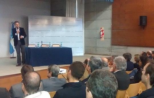 Santiago Sacerdote durante la charla