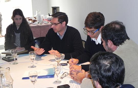 Emanuel Vera de la Oficina de Vinculación Tecnológica del CCT CONICET Córdoba en la mesa de trabajo de las jornadas